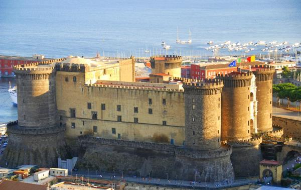 מה לעשות בנאפולי, Castel Nuovo